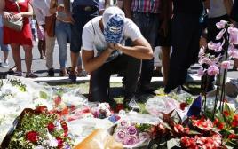 פרחים לזכר קורבנות הפיגוע בניס