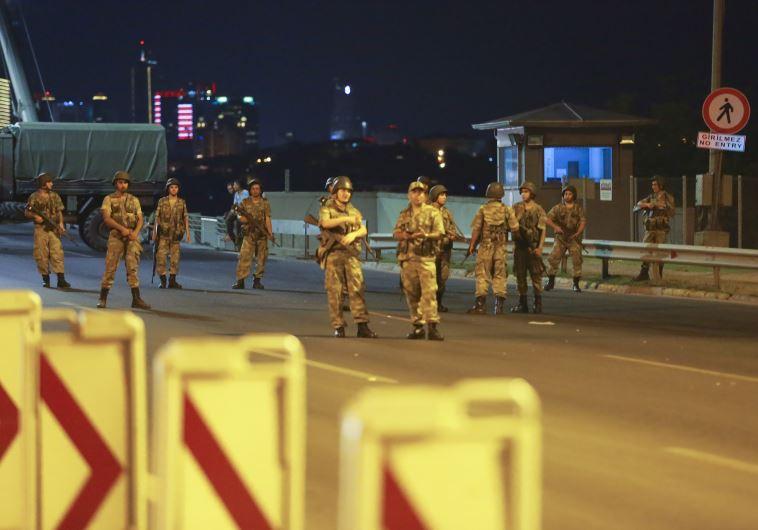 הצבא הטורקי חוסם את גשר הבוספורוס. צילום: רויטרס