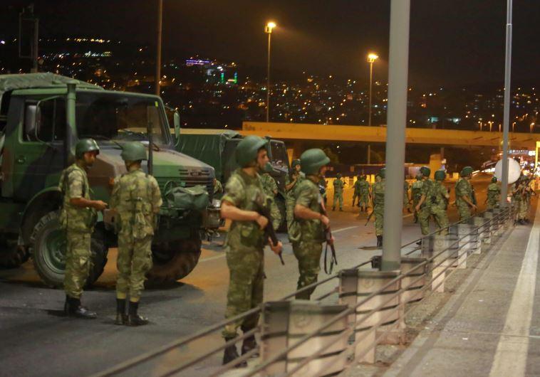 חיילים טורקים פרושים ברחובות איסטנבול