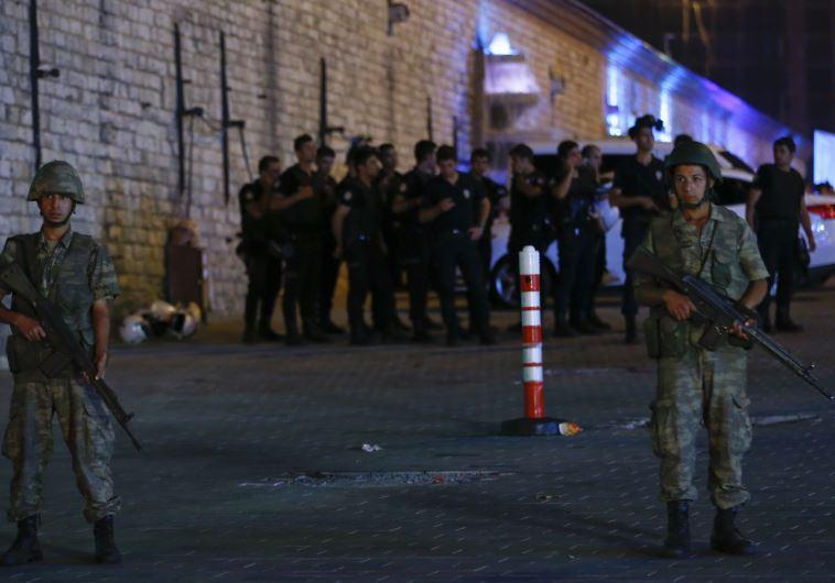 צבא טורקיה בכיכר טקסים באיסטנבול
