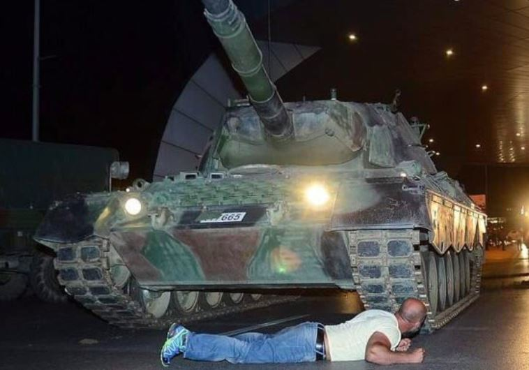 אדם חוסם טנק בטורקיה. צילום: טוויטר
