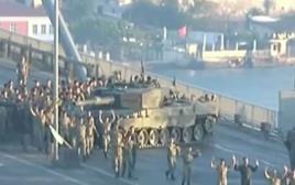 חיילים נכנעים על גשר הבוספורוס