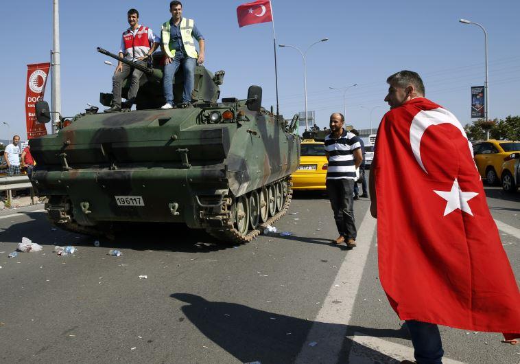 """""""ניסיון הפיכה שלומיאלי"""", טורקים מצטלמים עם טנקים שנותרו על הבוספורוס. צילום: רויטרס"""