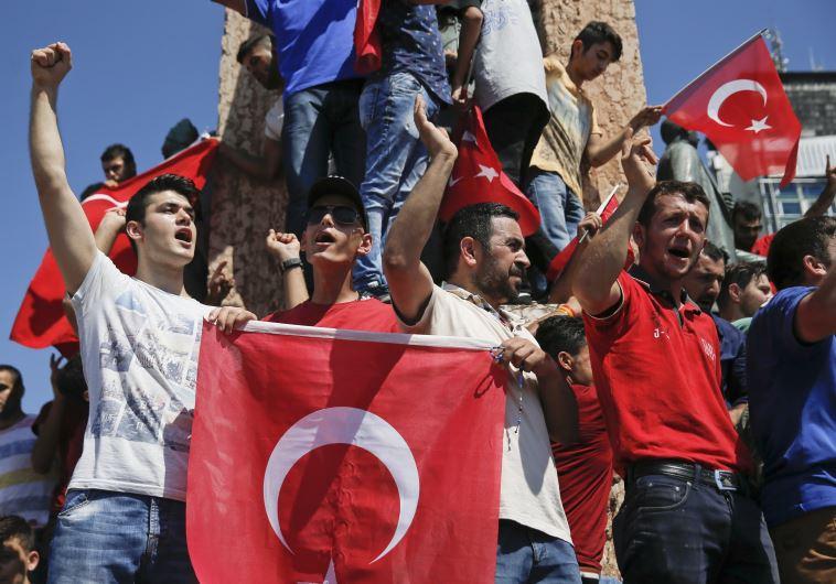 אלפים מפגינים בכיכר טקסים בטורקיה נגד ניסיון ההפיכה. צילום: רויטרס