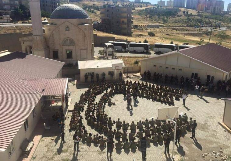 החיילים הטורקים שנשבו לאחר ניסיון ההפיכה הכושל. צילום: טוויטר