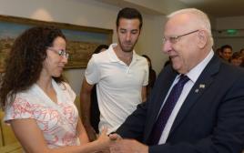 """נשיא המדינה ראובן ריבלין עם מיקה, אימה של שירה בנקי ז""""ל"""