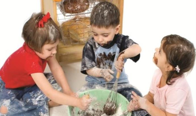 ילדים מכינים עוגה
