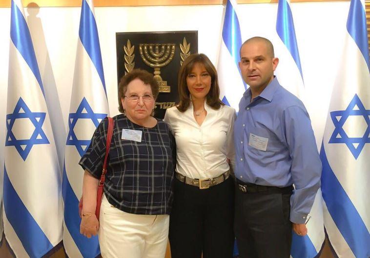 חברת הכנסת רויטל סויד, עם קרן לייקין, אלמנתו של ריצ'רד שנרצח בפיגוע בארמון הנציב, ועם בנו מיכה