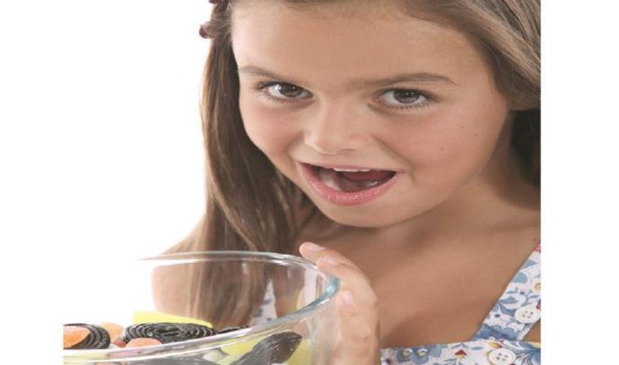 ילדה וממתקים