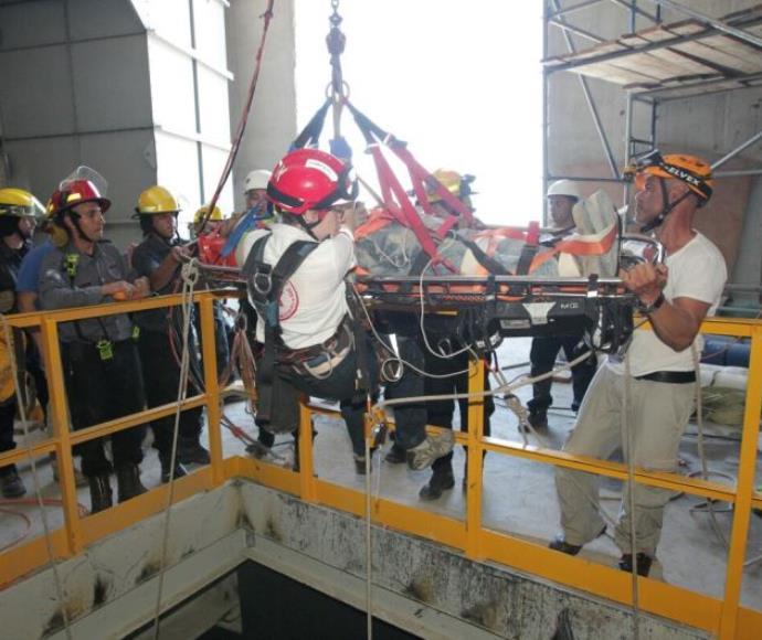 חילוץ הפועל שנפל לפיר בתחנת הכוח בחדרה