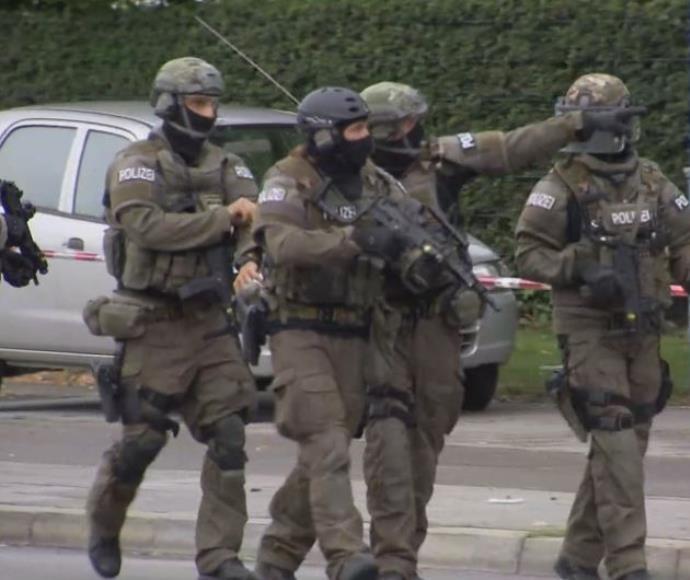 כוחות מיוחדים מחוץ למרכז הקניות אולימפיה