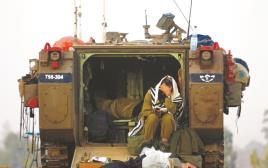 """חייל מתפלל בגבול רצועת עזה, מבצע """"צוק איתן"""""""