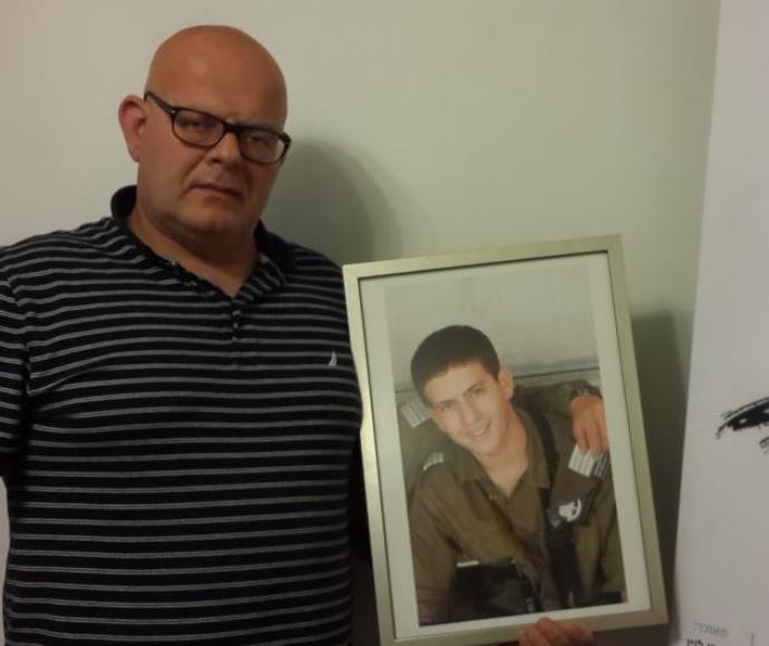 """אילן ארז עם תמונת בנו שגיא ז""""ל"""
