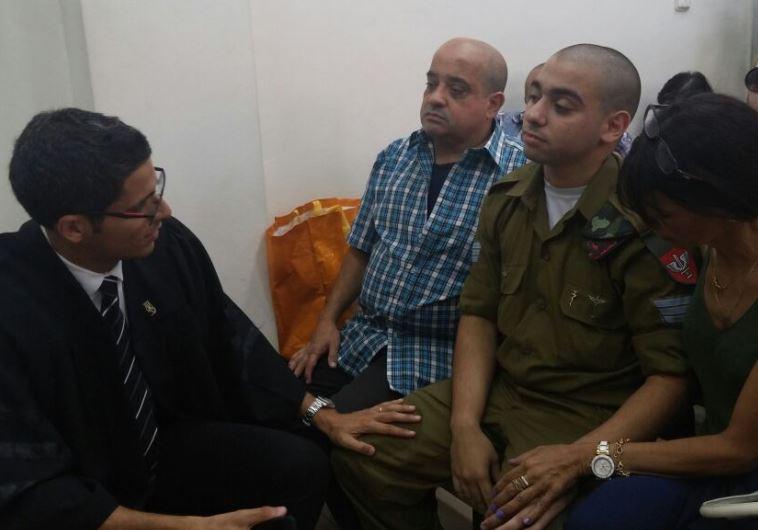 אלאור אזריה עם בני משפחתו בבית הדין הצבאי. צילום: נועם אמיר