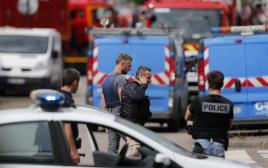כוחות הביטחון והכיבוי בזירת הפיגוע בצפון צרפת