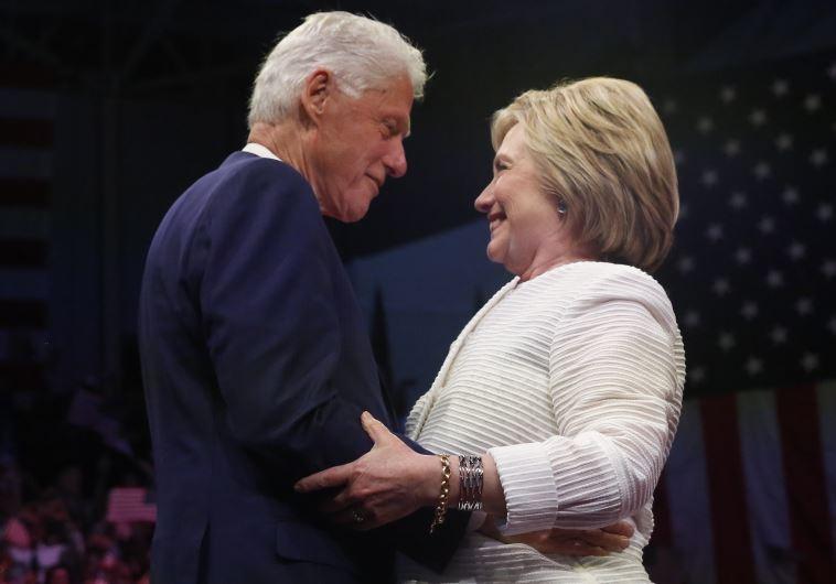 קלינטון ובעלה, הנשיא לשעבר ביל קלינטון. צפוי לנאום בוועידה הדמוקרטית. צילום: רויטרס