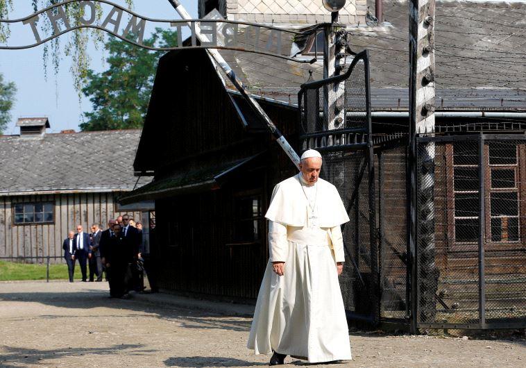 האפיפיור פרנציסקוס באושוויץ