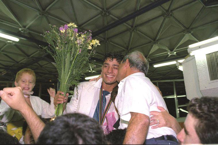 """אורן סמדג'ה חוזר עם המדליה מברצלונה. צילום: זיו קורן, לע""""מ"""