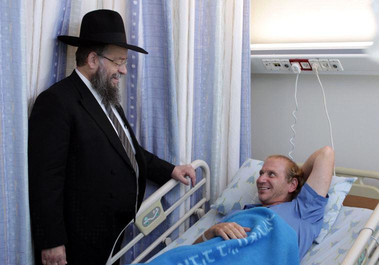 התחיל באמצעות פתקים בבית הכנסת. הרב הבר עם התורם חיים נוימן. צילום: רענן כהן