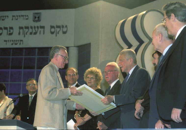אורלנד מקבל את הפרס ישראל. 1994. יעקב סער, לע''מ