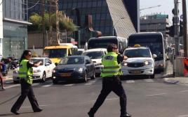 משטרה מכוונת את התנועה בתל אביב