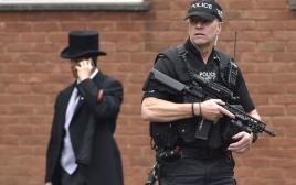 שוטר חמוש בלונדון