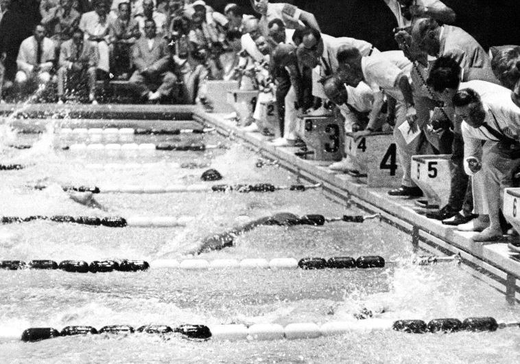"""""""בארץ לא הכינו אותנו כמו שצריך"""". שחיינים באולימפיאדת רומא, 1960. צילום: EPU/ AFP"""