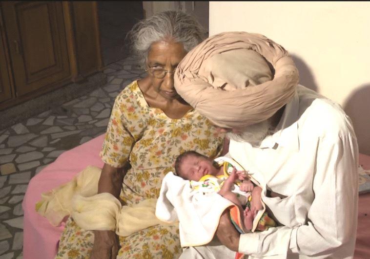 זוג הודי שזכה לילדם הראשון. האבא בן 80, האם בת 72