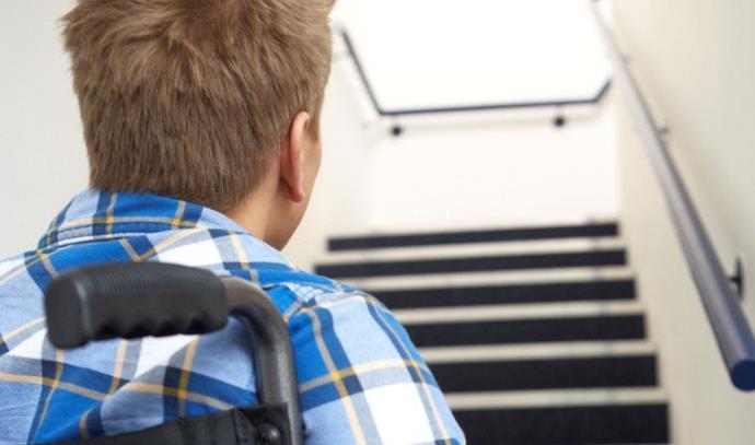 אדם בכסא גלגלים