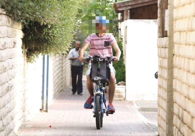250 שקל קנס. אופניים חשמליים על המדרכה. צילום: אלוני מור