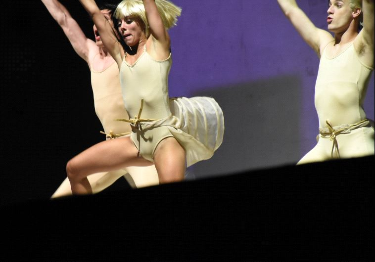 הרקדנים על הבמה. צילום: רואי פרסול