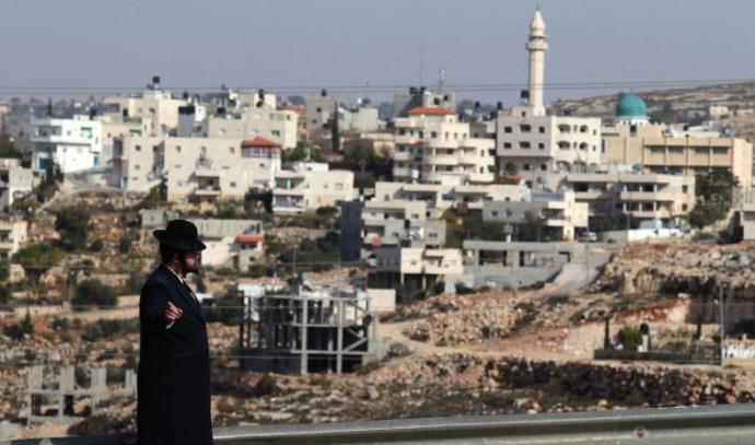 חרדי תופס טרמפ מול כפר פלסטיני באזור ירושלים