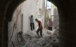 תושבי חאלב בודקים את הנזק לאחר ההפצצות בעיר