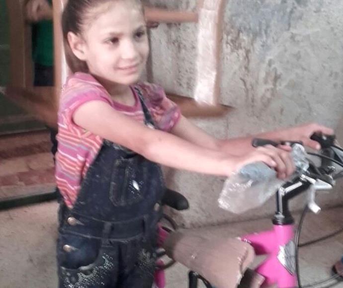 הילדה אנוואר והאופניים החדשים שלה