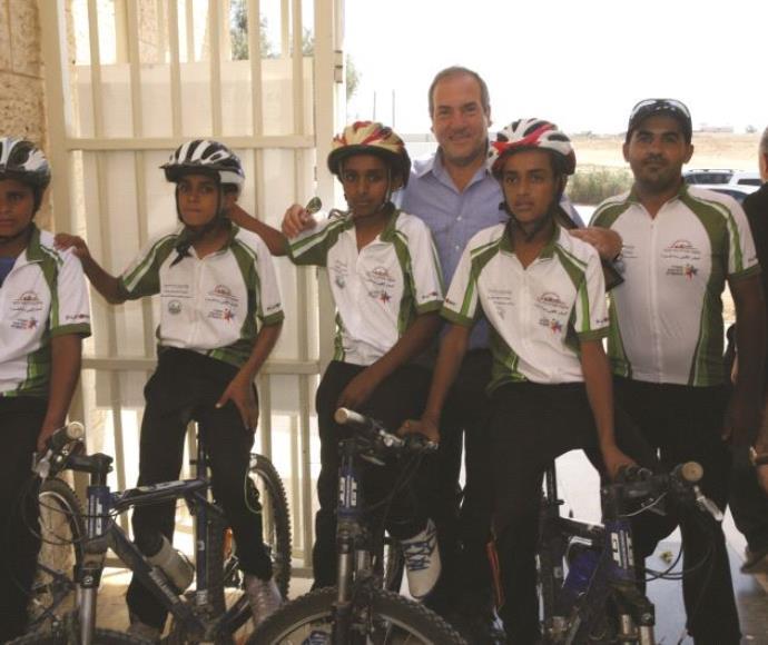 הרב אקשטיין עם הילדים הבדואים