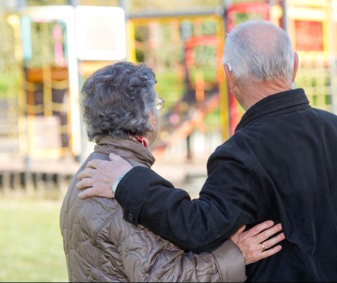 זוג קשישים מחובקים