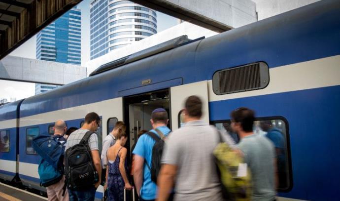 נוסעים ברכבת רכבת אנשים