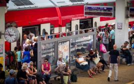 נוסעים ברכבת רכבת אנשים תחנת רכבת