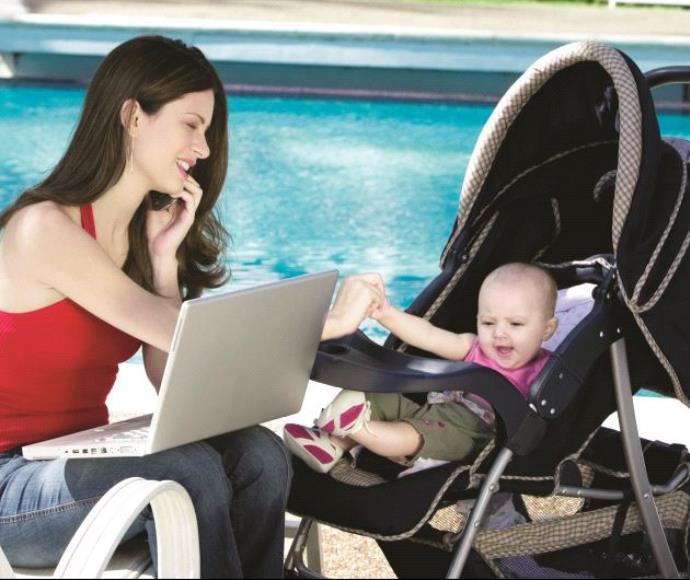 אישה עובדת תינוק מולטיטסקינג מעמד האישה