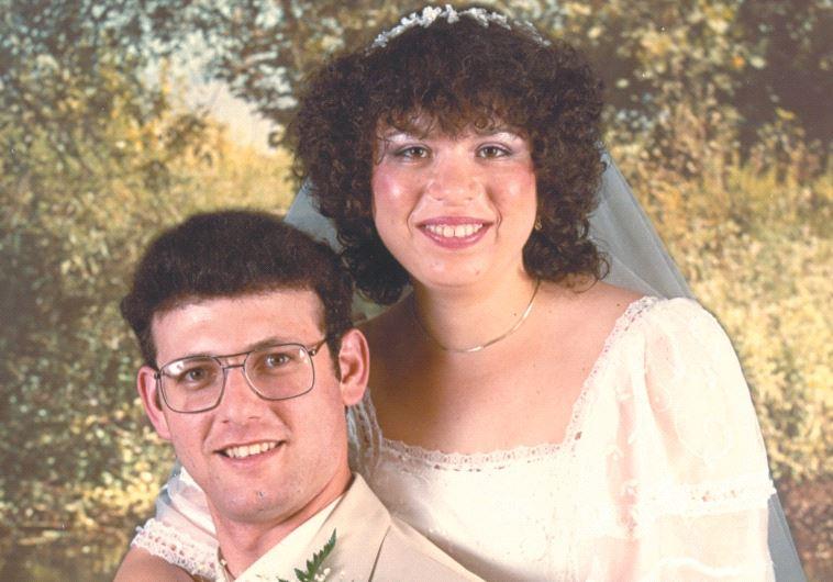 """דורון וקופר ביום חתונתם. צילום: מתוך הספר """"לתפוס רוצח"""""""