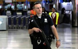 שוטר בנמל התעופה לה גווארדיה בניו יורק. ארכיון