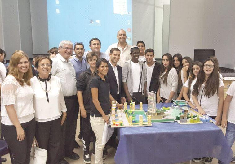 תלמידי ומדריכי תעשיידע עם בני זומר, מנהל נובל אנרג'י ישראל