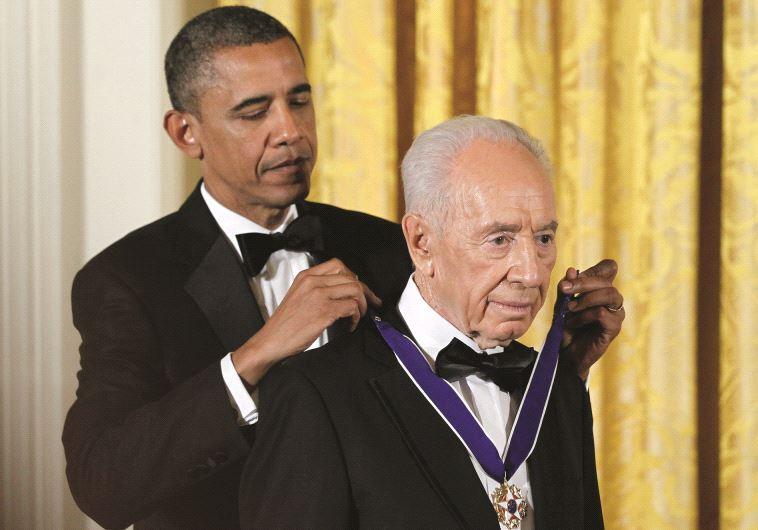 """נשיא ארה""""ב מעניק לפרס את 'מדליית החירות'. צילום: רויטרס"""