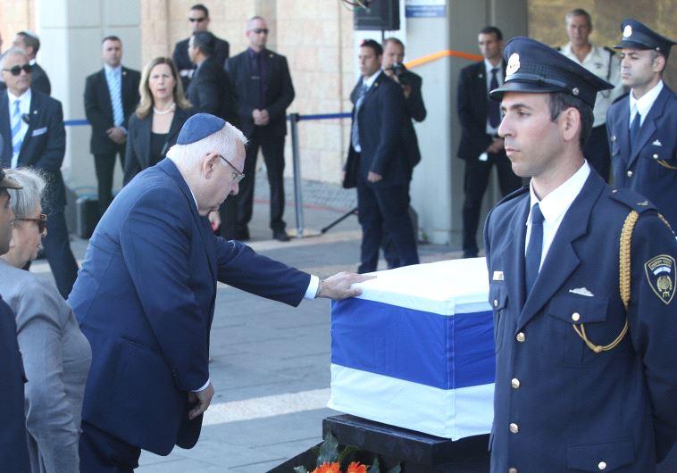 הנשיא ריבלין מבקר את ארונו של שמעון פרס. צילום: מרק ישראל סלם