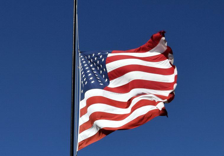 """דגל ארה""""ב בחצי התורן"""