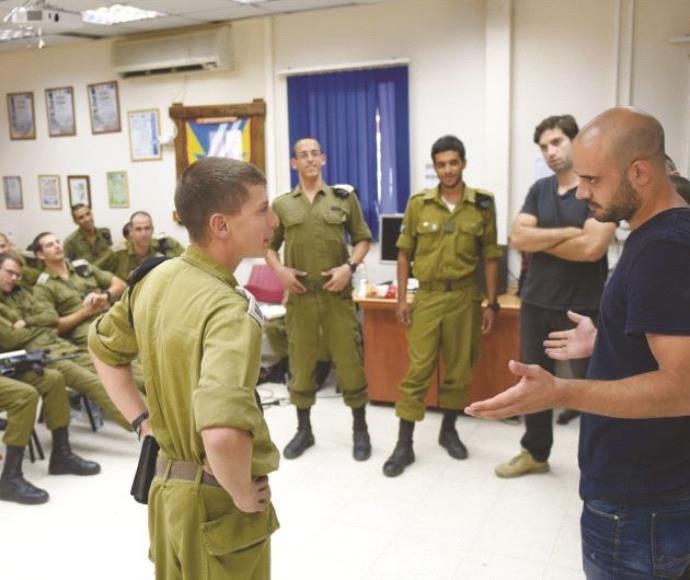 קצינים ושחקנים בסדנת התיאטרון הצבאית
