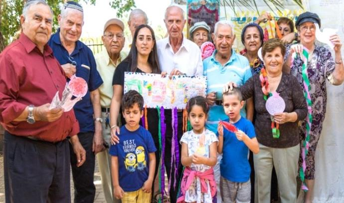 ילדי הגן עם קשישים ממרכז היום וצוות המרכז