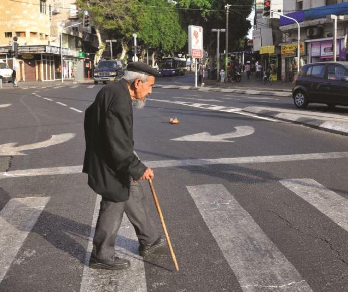 קשיש חוצה את הכביש
