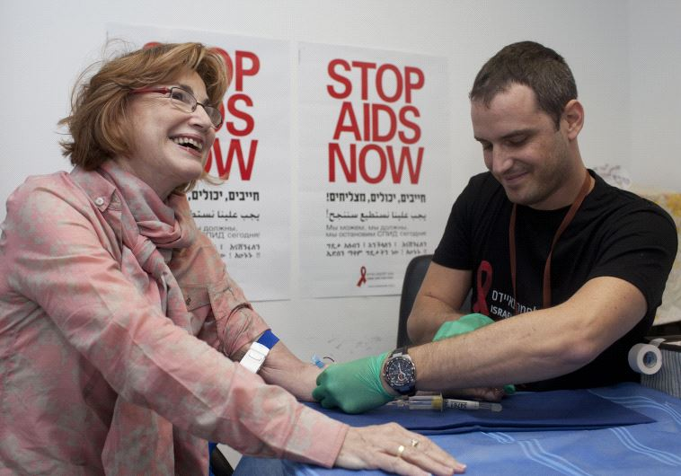 שרת הבריאות לשעבר יעל גרמן בבדיקת איידס בכנסת. צילום: פלאש 90