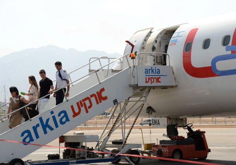 נוסעים יורדים מהמטוס